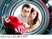 Купить «Молодая пара загружает одежду в стиральную машину», фото № 22461697, снято 15 ноября 2018 г. (c) Кузнецов Дмитрий / Фотобанк Лори