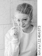 Игриво улыбающаяся медсестра с ртутным градусником смотрит в камеру крупным планом, монохромный портрет, фото № 22464073, снято 27 марта 2016 г. (c) Эдуард Паравян / Фотобанк Лори