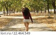 Купить «Девушка в шортах на осенней аллее», видеоролик № 22464549, снято 30 сентября 2015 г. (c) Виктор Аллин / Фотобанк Лори