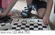 Купить «Дети играют в шашки», видеоролик № 22464753, снято 24 января 2016 г. (c) Aleksey Popov / Фотобанк Лори