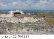 Купить «Штормовое море, волна набегает на волнорез», эксклюзивное фото № 22464825, снято 15 сентября 2013 г. (c) Dmitry29 / Фотобанк Лори