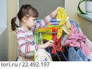Девочка развешивает белье (2016 год). Редакционное фото, фотограф Анна Кирьякова / Фотобанк Лори