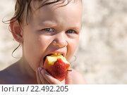 Ребенок ест яблоко на пляже. Стоковое фото, фотограф Анна Кирьякова / Фотобанк Лори