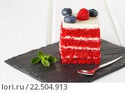 Кусочек торта, украшенный черникой и малиной на розовом фоне. Стоковое фото, фотограф Козлова Анастасия / Фотобанк Лори