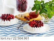 Меренга с ягодами клюквы и кремом. Стоковое фото, фотограф Козлова Анастасия / Фотобанк Лори