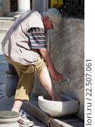 Купить «Muslim man washing his feet at the New Mosque, Eminonu Yeni Camii, Eminonu, Istanbul, Turkey.», фото № 22507061, снято 26 июня 2015 г. (c) age Fotostock / Фотобанк Лори