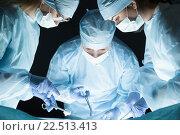 Хирург с ассистентами проводят операцию. Стоковое фото, фотограф Людмила Дутко / Фотобанк Лори