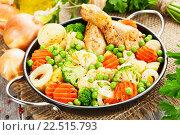 Купить «Жареные куриные ножки с овощами в сковороде на деревянном столе», фото № 22515793, снято 7 апреля 2016 г. (c) Надежда Мишкова / Фотобанк Лори