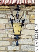 Купить «Старый уличный фонарь на каменной стене», фото № 22524449, снято 19 сентября 2019 г. (c) Олександр Масний / Фотобанк Лори