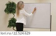 Купить «Молодая бизнес-леди во время презентации», видеоролик № 22524629, снято 16 марта 2016 г. (c) Артем Демин / Фотобанк Лори
