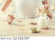 Купить «close up of woman eating muesli for breakfast», фото № 22528997, снято 28 апреля 2015 г. (c) Syda Productions / Фотобанк Лори