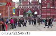 Купить «Люди на Манежной площади», эксклюзивный видеоролик № 22546713, снято 10 апреля 2016 г. (c) Alexei Tavix / Фотобанк Лори