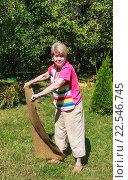 Купить «Женщина вытряхивает половик», фото № 22546745, снято 8 августа 2015 г. (c) Николай Коржов / Фотобанк Лори