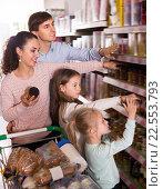 Купить «Happy customers with small kids purchasing jam», фото № 22553793, снято 17 ноября 2019 г. (c) Яков Филимонов / Фотобанк Лори