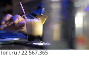 Купить «Barman Putting Straws into Glass with Cocktail», видеоролик № 22567365, снято 5 февраля 2016 г. (c) Данил Руденко / Фотобанк Лори