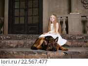 Девочка с немецкой овчаркой. Стоковое фото, фотограф Ирина Золина / Фотобанк Лори