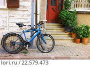 Велосипеды стоят у входа в дом (2015 год). Стоковое фото, фотограф Наталья Данченко / Фотобанк Лори