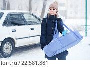 Купить «Молодая мать несет ребенка в сумке-переноске», фото № 22581881, снято 1 января 2016 г. (c) Евгений Майнагашев / Фотобанк Лори