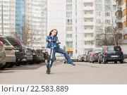 Купить «Девочка катается на самокате», фото № 22583889, снято 9 апреля 2016 г. (c) Олег Шеломенцев / Фотобанк Лори