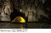 Палатка в ледяной пещере. Стоковое видео, видеограф Станислав Толстнев / Фотобанк Лори