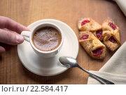 Чашка горячего кофе и печенье на старом деревянном столе. Стоковое фото, фотограф Малахов Алексей / Фотобанк Лори