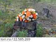 Яркий свадебный букет на пне в лесу. Стоковое фото, фотограф Ирина Океанова / Фотобанк Лори