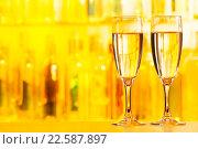 Купить «Два бокала шампанского стоят на барной стойке», фото № 22587897, снято 10 января 2016 г. (c) Сергей Новиков / Фотобанк Лори