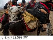 Борьба за шкуру козла во время командных соревнований по козлодранию в праздник Навруз на фестивале около поселка Ташкурган Таджикского автономного уезда в Синьцзяне, Китай (2016 год). Редакционное фото, фотограф Николай Винокуров / Фотобанк Лори