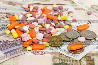 Купить «Много разных таблеток на фоне российских денег. Цены на лекарства», фото № 22602301, снято 10 апреля 2016 г. (c) Наталья Осипова / Фотобанк Лори