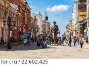 "Купить «Bronze monument ""Uncle Stepa-militiaman"" at the pedestrian city street in Samara, Russia», фото № 22602425, снято 16 апреля 2016 г. (c) FotograFF / Фотобанк Лори"