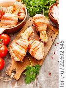 Купить «Куриные ножки в беконе на столе», фото № 22602545, снято 12 апреля 2016 г. (c) Надежда Мишкова / Фотобанк Лори