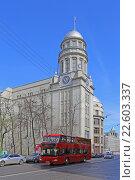 Купить «Экскурсионный двухэтажный автобус (даблдекер) на улице Ильинка, Москва», эксклюзивное фото № 22603337, снято 17 апреля 2016 г. (c) Алексей Гусев / Фотобанк Лори