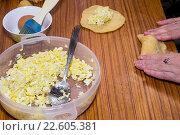 Приготовления пирожков с начинкой. Стоковое фото, фотограф Михаил Степанов / Фотобанк Лори
