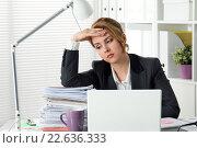 Купить «Уставшая деловая женщина за столом с кучей документов», фото № 22636333, снято 27 апреля 2015 г. (c) Людмила Дутко / Фотобанк Лори