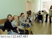 Купить «Балашиха, родители с детьми ожидают приёма врача в детской поликлинике», эксклюзивное фото № 22647481, снято 19 апреля 2016 г. (c) Дмитрий Неумоин / Фотобанк Лори