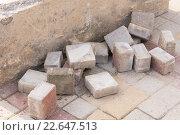 Куски старой тротуарной плитки лежат у бетонного блока на мостовой. Стоковое фото, фотограф Иванов Алексей / Фотобанк Лори