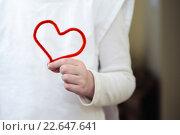 Сердце из красного пушистого провода в руке девушки. Стоковое фото, фотограф Анна Кирьякова / Фотобанк Лори