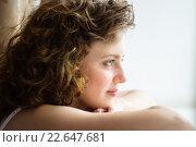 Молодая женщина смотрит в окно. Стоковое фото, фотограф Анна Кирьякова / Фотобанк Лори