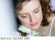 Девушка с белыми цветами закрыла глаза. Стоковое фото, фотограф Анна Кирьякова / Фотобанк Лори