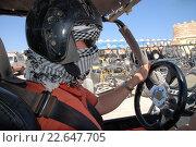 Мужчина в шлеме и платке сидит за рулем открытого автомобиля. Стоковое фото, фотограф Анна Кирьякова / Фотобанк Лори