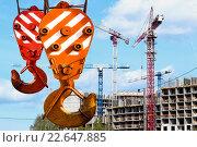 Крюк  подъемного крана на фоне  строительства. Стоковое фото, фотограф Сергеев Валерий / Фотобанк Лори