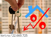 Купить «Ключи от квартиры и знак процента на фоне нового дома», фото № 22660725, снято 21 апреля 2016 г. (c) Сергеев Валерий / Фотобанк Лори