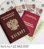 Пенсионное удостоверение, страховое свидетельство обязательного пенсионного страхования и российский паспорт лежат на российских деньгах. Стоковое фото, фотограф Игорь Низов / Фотобанк Лори