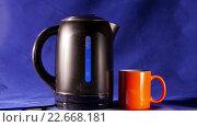 Купить «Кипящий чайник и кружка», видеоролик № 22668181, снято 16 апреля 2009 г. (c) Куликов Константин / Фотобанк Лори