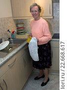 Купить «Elderly woman with arthritic hands washes up retirement accommodation England.», фото № 22668617, снято 16 декабря 2017 г. (c) age Fotostock / Фотобанк Лори