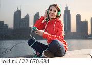 Купить «happy young woman with smartphone and headphones», фото № 22670681, снято 19 марта 2015 г. (c) Syda Productions / Фотобанк Лори