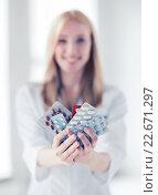 Купить «female doctor with packs of pills», фото № 22671297, снято 18 мая 2013 г. (c) Syda Productions / Фотобанк Лори