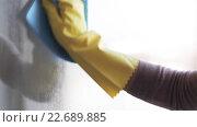 Купить «woman in gloves cleaning window with rag and spray», видеоролик № 22689885, снято 17 апреля 2016 г. (c) Syda Productions / Фотобанк Лори