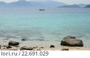 Купить «Одинокая пустая лодка на якоре в заливе», видеоролик № 22691029, снято 13 июля 2020 г. (c) Павел Котельников / Фотобанк Лори
