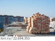 Кирпич сложен на крыше дома. Стоковое фото, фотограф Dmytro Kohut / Фотобанк Лори